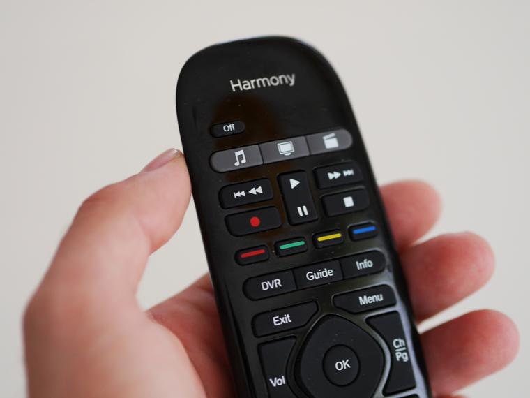 Harmony Smart Control: Die mitgelieferte Universalfernbedienung bietet eine gute Haptik.