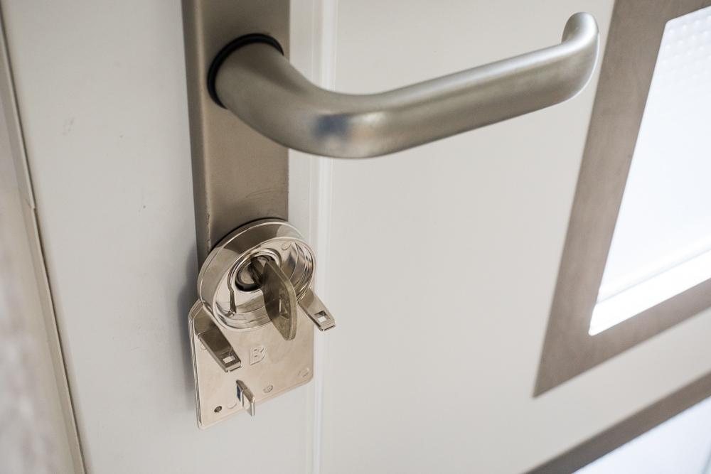 Adapter-Platte am Türschloss montiert (geklebt)